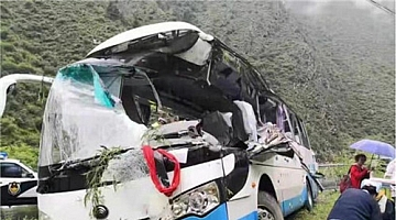 四川松潘县一旅游大巴车被飞石击中 致8死16伤