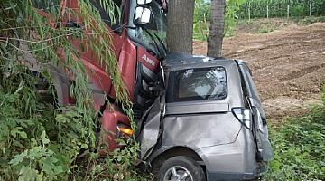 河南一重型半挂车驶入对向车道与小客车相撞 致4死2伤
